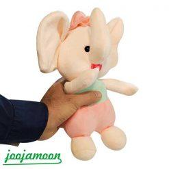 عروسک فیل انگشت به دهان دختر و پسر