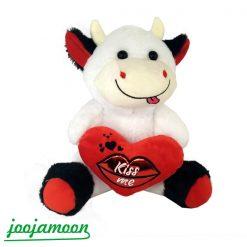 عروسک گاو قلب به دست kiss me